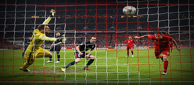 MUNICH, GERMANY - MAY 03: Robert Lewandowski of Bayern Munich (R) scores their second goal with a header past goalkeeper Jan Oblak of Atletico Madrid during UEFA Champions League semi final second leg match between FC Bayern Muenchen and Club Atletico de Madrid at Allianz Arena on May 3, 2016 in Munich, Germany. (Photo by Alexander Hassenstein/Bongarts/Getty Images)